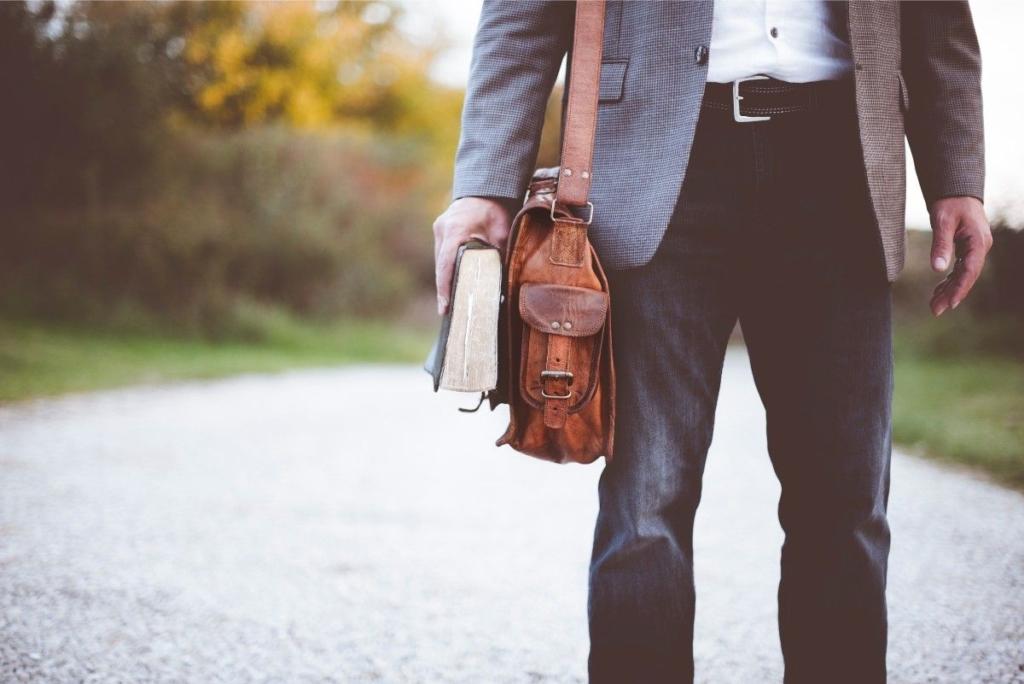 Homme marchant en extérieur