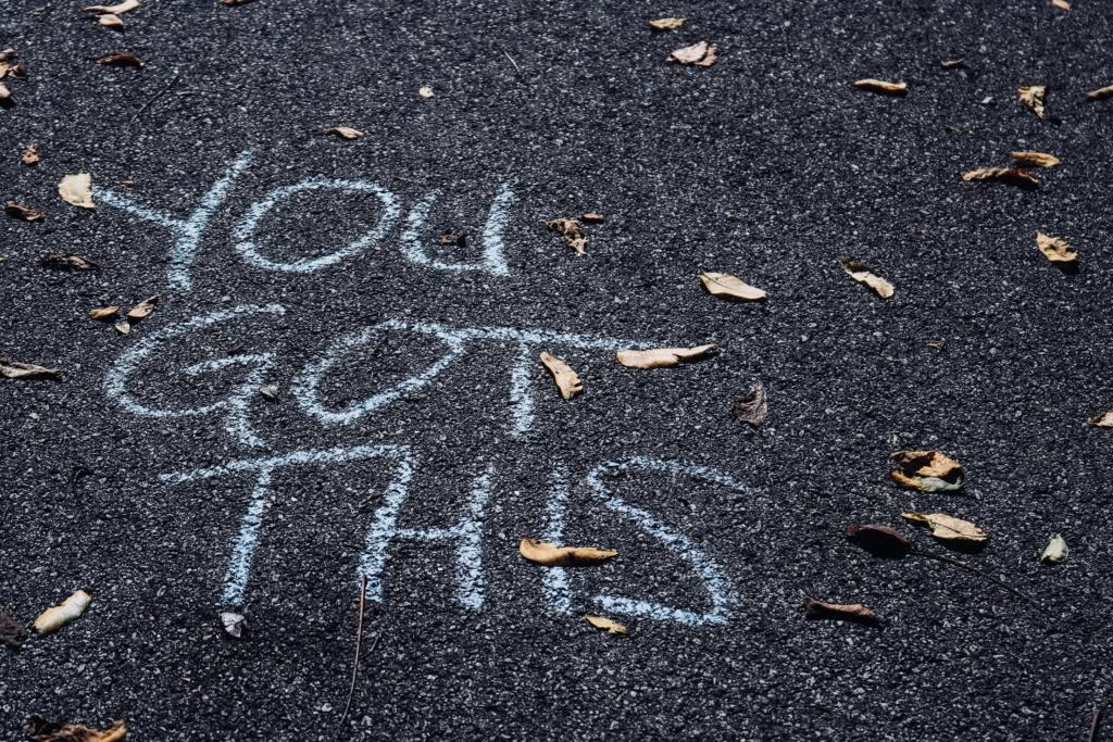 Mots symbolisant la confiance écrits à la craie sur le sol