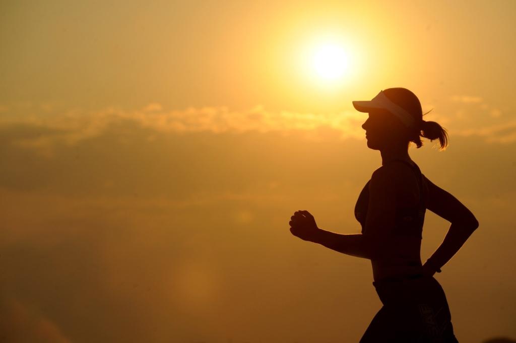 Femme qui court au coucher du soleil