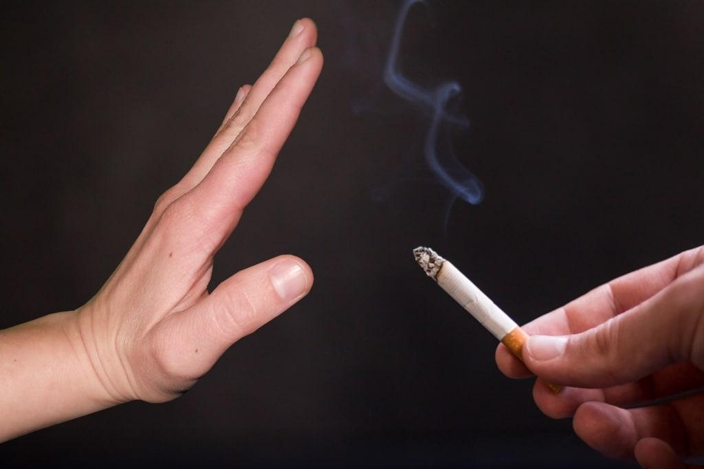 Main refusant une cigarette