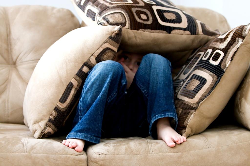 Personne apeurée cachée sous des oreillers