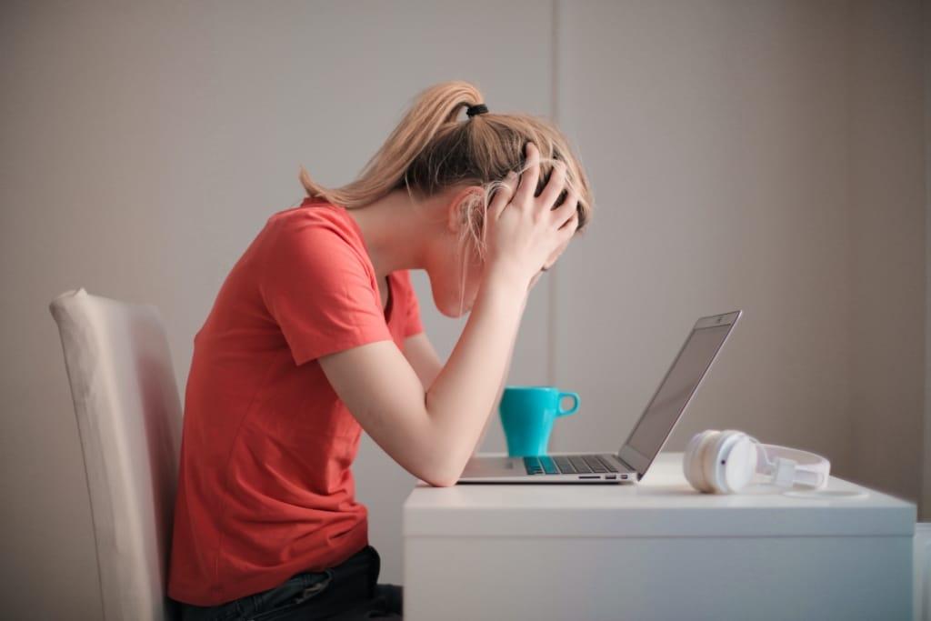Femme stressée devant son ordinateur